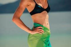 Sarongues vestindo da mulher na praia tropical Imagens de Stock Royalty Free