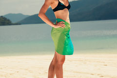 Sarongues vestindo da mulher na praia tropical Foto de Stock Royalty Free