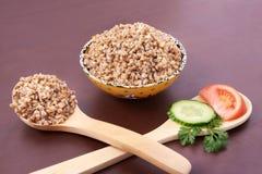 Sarrasin cuit Déjeuner sain Produit-légumes frais de vegetables Cuillères en bois image libre de droits