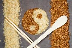 Sarrasin et riz dans la forme de yin-Yang Photographie stock