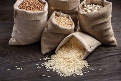 Sarrasin, orge, riz et haricots dans les sacs Photo stock