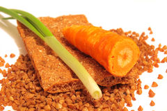 Sarrasin sur le blanc avec le pain, la carotte et l'oignon Photo stock