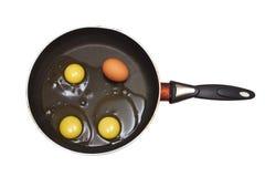 Sartén con las yemas de huevo y el huevo Fotos de archivo libres de regalías