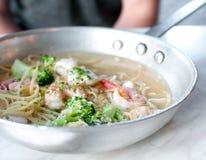 Sartén de acero con espaguetis y camarones Fotografía de archivo libre de regalías