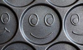 Sartén para cocinar las crepes sonrientes alegres fotos de archivo