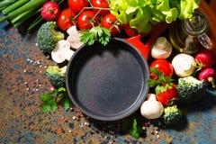sartén vacía y verduras orgánicas frescas, visión superior del arrabio  foto de archivo libre de regalías