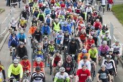 Sart total de la distancia de ciclo de la gente del maratón de Riga foto de archivo
