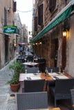 Sartene市一个狭窄的胡同的餐馆在可西嘉岛 免版税库存图片