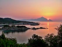 Sarti-meningen van het strand en de berg Athos Stock Afbeelding