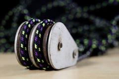 Sartiame, accessori di navigazione Blocchetto e shekel della corda su un di legno Immagini Stock