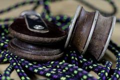 Sartiame, accessori di navigazione Blocchetto e shekel della corda su un di legno Fotografia Stock Libera da Diritti