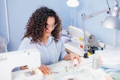 Sarto da donna in vetri che abbinano filo al tessuto allo studio Fotografia Stock Libera da Diritti