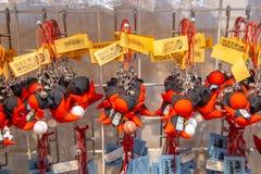 Sarubobo dockor på försäljning i Takayama, Japan fotografering för bildbyråer