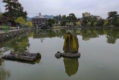 Sarusawa -sarusawa-ike is een rustig meer in het centrum van Nara Stock Afbeeldingen