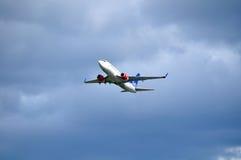 SAS北欧航空波音737下个Gen航空器在天空飞行在从普尔科沃国际性组织airp的离开以后 库存照片