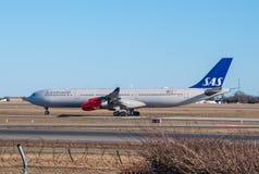 SAS Airbus A340 arrivant à l'aéroport de Copenhague Photographie stock libre de droits
