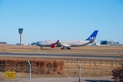 SAS Airbus A340 arrivant à l'aéroport de Copenhague Photos libres de droits