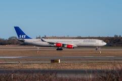 SAS Airbus A340 roulant au sol à l'aéroport de Copenhague Images libres de droits