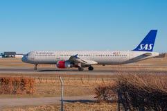 SAS Airbus A321 roulant au sol à l'aéroport de Copenhague Image stock