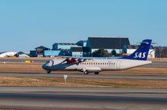 SAS ATR72 flygplan i Köpenhamnflygplats Royaltyfria Foton