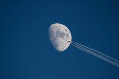SAS flygbuss 340-300 genomreser månen Royaltyfria Foton