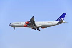 SAS Luchtbus A340-313X die in Peking landen Royalty-vrije Stock Foto's