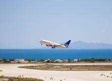 SAS skandinavisk flygbolagstart på Santorini 3 Royaltyfria Bilder