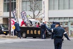 Sasebo, Japão - 7 de janeiro de 2018: Tráfego de direção japonês da polícia durante o dia do chegar à maturidade em Japão fotografia de stock