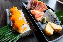 Sashimi σολομών, saba που παστώνονται, ρόλος ραβδιών καβουριών Surimi, Tamagoyaki, wasabi και σουσιών Στοκ Φωτογραφίες