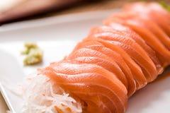 Sashimi σολομών στο πιάτο στον ξύλινο πίνακα, τρόφιμα της Ιαπωνίας στοκ φωτογραφίες