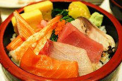 Sashimi avec du riz dans la cuvette ronde : Thon frais Salmo frais et foyer choisi Images stock