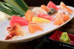 Sashimi cortado misturado dos peixes no gelo na bacia branca Sashimi Salmon Tuna Hamachi Prawn e grupo da calma da ressaca, peixe fotografia de stock royalty free