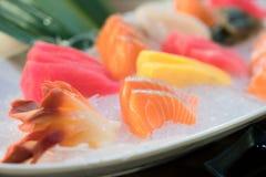 Sashimi cortado misturado dos peixes no gelo na bacia branca Sashimi Salmon Tuna Hamachi Prawn e grupo da calma da ressaca, peixe fotos de stock royalty free