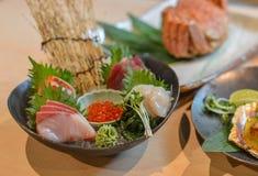 Sashimi cortado misturado dos peixes no gelo na bacia fotos de stock