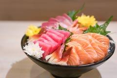 Sashimi cortado misturado dos peixes no gelo na bacia preta Sashimi Salmon Tuna Hamachi Prawn e grupo da calma da ressaca, peixe  imagens de stock royalty free