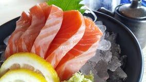 Sashimi cru Salmon na tabela de madeira Imagem de Stock