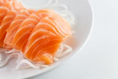 Sashimi cru saumoné sur le blanc photo stock