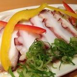 Sashimi crudo del pulpo con el puerro y la paprika cortada Imágenes de archivo libres de regalías