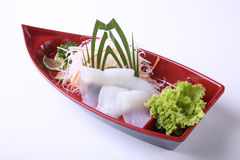 Sashimi d'Ika (calmar) dans le plat en bois de bateau d'isolement sur le backgr blanc Photographie stock libre de droits