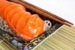 Sashimi de color salmón en el fondo blanco Fotos de archivo libres de regalías