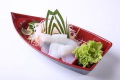 Sashimi de Ika (calamar) en el plato de madera del barco aislado en el backgr blanco Fotografía de archivo libre de regalías