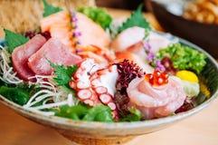 Sashimi de la meilleure qualité frais japonais dans la cuvette en céramique images stock