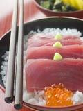 Sashimi del atún amarillo de la aleta en el arroz con las huevas de color salmón Imágenes de archivo libres de regalías