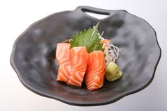 Sashimi di color salmone con wasabi, alimento tradizionale giapponese immagini stock libere da diritti