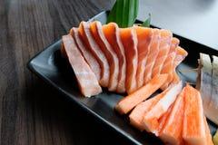 Sashimi di color salmone, saba marinato, bastone del granchio di surimi, Tamagoyaki e wasabi Immagine Stock Libera da Diritti