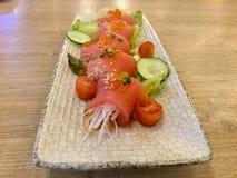 Sashimi do atum com rabanete Guloseima japonesa imagem de stock