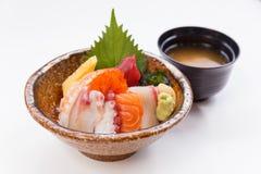 Sashimi Don Served avec l'algue, le wasabi, le gingembre de piquant et la soupe miso photographie stock libre de droits