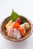 Sashimi Don Served avec l'algue, le wasabi, le gingembre de piquant et la soupe miso photos libres de droits