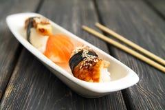 Sashimi em uma placa branca do gengibre do vassabi fotos de stock