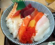 Sashimi en un cuenco de arroz imagen de archivo